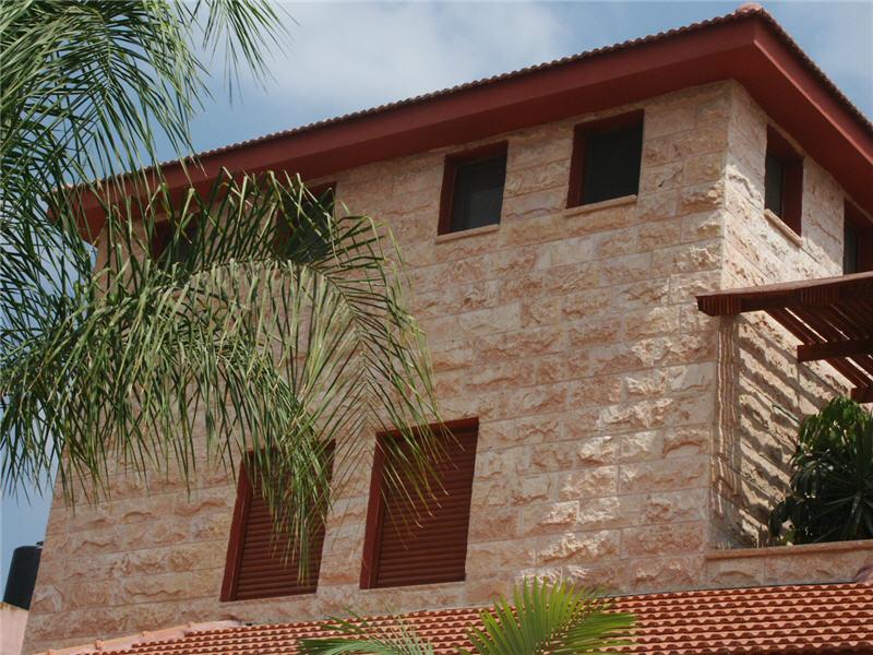 מאווררי תקרה יכולים להיות מעוצבים כמו אבנים וחיפויים